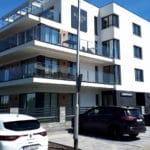 Kameralny, komfortowy apartamentowiec zachwyca ogromnymi tarasami, wielkimi oknami i dbałością o każdy szczegół archtektoniczny.
