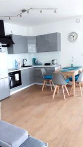 Kompleksowo wyposażony aneks kuchenny umożliwia samodzielne przyrządzanie posiłków, a 6 osobowy stół pozwala na ich nieśpieszne konsumowanie.
