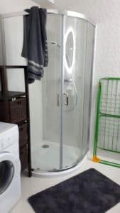 Przestronna łazienka jest wyposażona również w pralkę, suszarkę do ubrań itp.