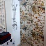 W tej łazience na ścianie również spotkamy papugi