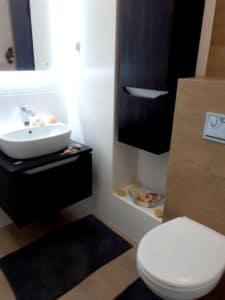 a pojemne szflady i półki na zapanowanie nad łazienkowym chaosem