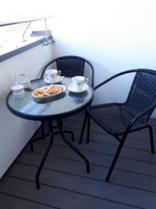 Filiżanka kawy wypita na balkonie ma wyjątkowy smak