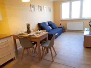 Wygodna rozkładana dwuosobowa kanapa i duży stół zachęcają do sjesty