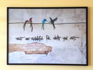W sypialni, gdzie jest drugie wyjście na balkon, na obrazie zamieszkały papużki