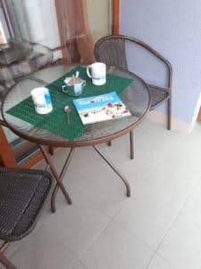 Przedłużeniem salonu jest balkon, gdzie w słoneczne dni można wypić poranną kawę i cieszyć się nowym dniem.