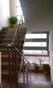 Apartament usytuowany jest na pierwszym piętrze i można też wejść do niego wygodnymi schodami.